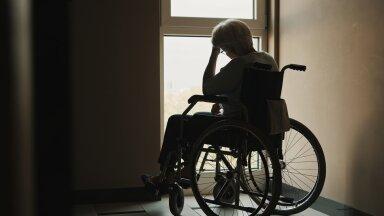Pandeemiaajal jääb eakas hooldekodu töötajate meelevalda, sest lähedased tema seisundit hindamas käia ei saa.