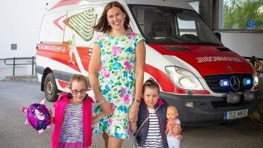 Livia meenutab, et ligi seitse aastat tagasi võitles Adele (vasakul) lastehaigla reanimobiiliga intensiivraviosakonda sõites oma elu eest. Kaksikõde kahjuks vastu ei pidanud. Nüüd on peres veel neljane Nora.