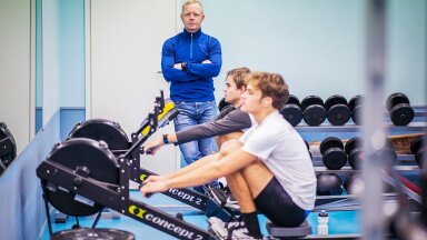 """""""Kõik sõudes sooritatud liigutused on pehmed ega koorma põlvi – seetõttu sobib see treening väga hästi ka ülekaalulistele,"""" kinnitab sõudmistreener Aleksei Lipintsov."""