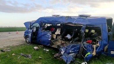 Noorkorvpallureid transportinud minibuss pärast avariid.