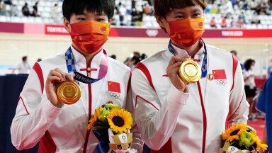 Hiina sportlasi iseloomustavad kullad kaelas ja Mao Zedongi märgid rinnas.