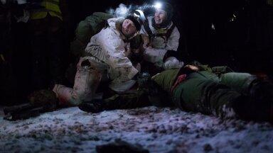 Kontrollpunktis Delta annavad Pärja Õun ja Merje Meerits laskehaavadega kannatanule esmaabi. Tavaelus töötab Pärja Tallinna kiirabis parameedikuna.