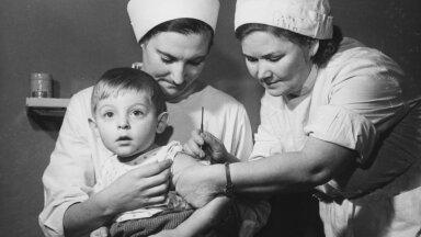 PILT MINEVIKUST: Tallinna Keskrajooni lastehaigla vaktsineerimiskabineti töötajad J. Jõgi (istub) ja Z. Podlobko rõugete vastu kaitsepookimist teostamas. 1979. aastal kuulutas WHO, et rõuged on likvideeritud.