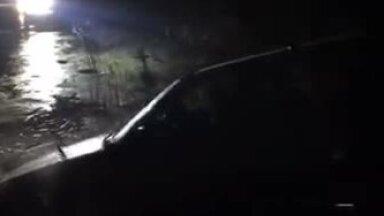 VIDEO: Männiku karjääris vajus auto läbi jää vette