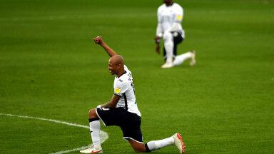 Mängu eel põlvitamine on saanud tavapäraseks asjaks ka mitmes jalgpalliliigas.