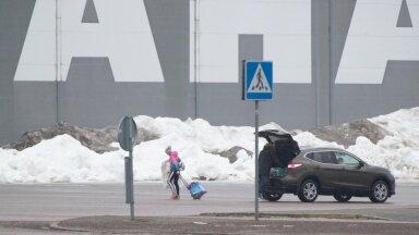SOE SOOVITUS: Jäähalli saabujatel paluti auto hallist kaugemale parkida.