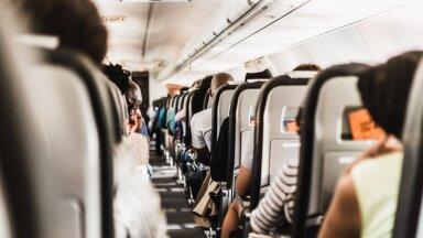 ВИДЕО | Захотевшего взять штурмом кабину пилотов мужчину связали другие пассажиры