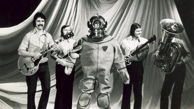 """Apelsini seltskond esitamas """"Tuukri laulu"""", mida võiks lausa tuukrite hümniks nimetada.  Oli aasta 1976.  Vasakult Tõnu Aare, Jaan Arder, Mati          Nuude, Gunnar Kriik ja Ants Nuut."""