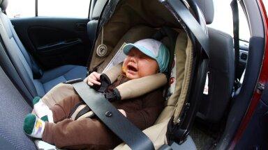 Väikelaps autos. Pilt on illustratiivne.