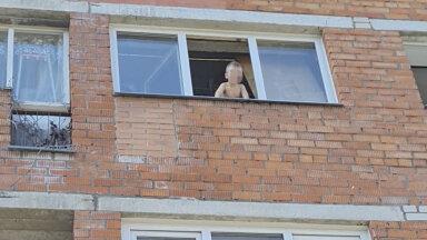 Ребенок в окне: дети годами живут в ужасных условиях, но никто ничего не предпринимает