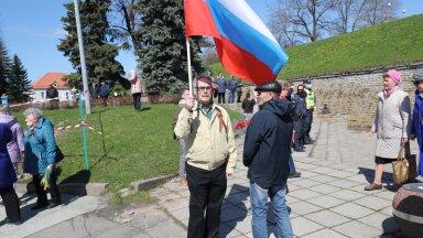 ФОТО и ВИДЕО Delfi   Мужчина с флагом России на Дне Победы в Нарве: вопросов от правоохранительных органов не было, но все еще впереди?