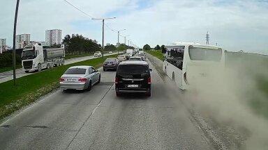 VIDEO | Reisijaid täis liinibuss kiirendab ummikust nahaalselt mööda. Bussifirma: juht soovis kiiremini peatusesse jõuda