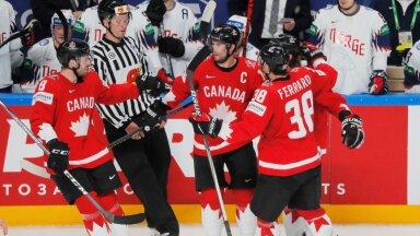 Kanada hokikoondislased väravat tähistamas.