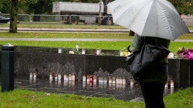 """1996. aastal avati Tallinnas mälestusmärk """"Katkenud liin"""". Igal aastal tuuakse selle juurde 852 hukkunu mälestuseks lilli ja süüdatakse küünlaid."""