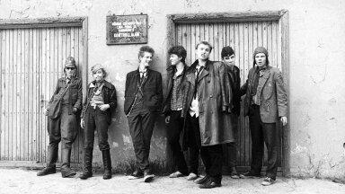 """Punkarid 1982. aasta kevadel Nõmmel Generaator M-i kontserdil. Vasakul Kojamees. """"Olin elava loomuga poiss, kord spordilaagrist Leningradist tagasi tulles ostsin haaknõelu, panin terve püksirea neid täis. Öeldi, et see mood on meil mööda läinud. Vastasin: mis mõttes mood? Ma ise mõtlesin selle välja. See oli 1981. aasta jaanuaris."""""""