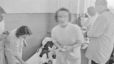 Illustratiivse tähendusega pilt: Tartu kliinilise haigla arstid tegelevad 1958. aastal lastehalvatustõve patsiendiga. Toona registreeriti Eestis tuhatkond juhtumit aastas, kuid tänu USA ja Nõukogude LIidu koostöös sündinud uuele vaktsiinile tõbi alistati (foto: Johannes Mikk / Tartu Ülikooli muuseum)