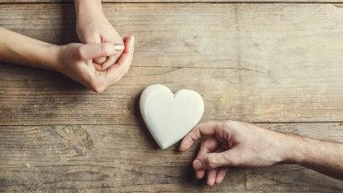 Tagasihoidlik ja armas! Niimoodi käitudes on enam kui kindel, et mehel on romantilised tunded tekkinud