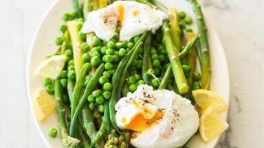 Rohelised köögiviljad pošeeritud munaga
