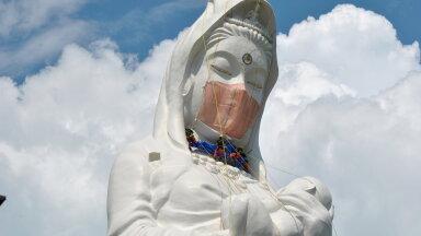 ФОТО | На буддийскую богиню милосердия в Японии надели огромную маску