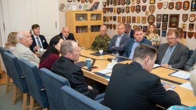 Riigikaitsekomisjoni erakorralisel istungil tutvustas rahandusminister Martin Helme oma kaitse-eelarvet puudutavaid plaane. Kaitseminister Jüri Luik ja kaitseväe juhataja Martin Herem selgitasid riigikaitse praktikat.