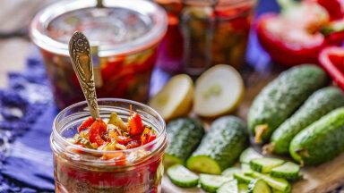RETSEPTID | Kurgiuputuse aeg on käes! Kuus vahvat krehvtist ja krõmpsu salatit värsketest kurkidest