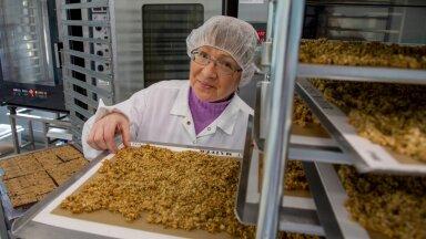 """""""Meie ahjudes küpsevad mahetatrast mõne minutiga näkileivad ja müslid,"""" tutvustab Nelly Vahtramaa Täkumetsa tehase köögipoolt."""