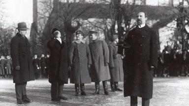 VIHKAS VIINA: Peaminister ja riigivanem Jaan Tõnisson vabariigi aastapäeva paraadil 24. veebruaril 1920 Vabaduse platsil kõnelemas.