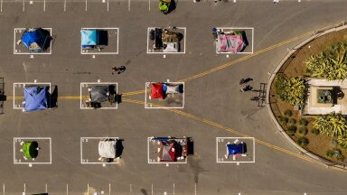 СОЦИАЛЬНАЯ ДИСТАНЦИЯ БЕЗДОМНЫХ: В одном из многочисленных палаточных лагерей Сан-Франциско между палатками установлены ограничения в два метра.