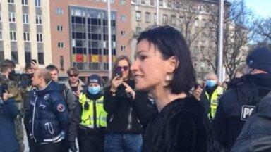 Silvia Ilves Vabaduse väljakul stseeni korraldamas