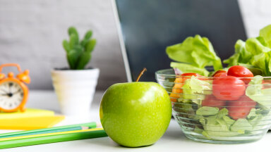 Snäkigraafik: mis kell süüa kirsse, juua kohvi või näksida pähkleid, et päev läbi ergas, värske ja produktiivne püsida?
