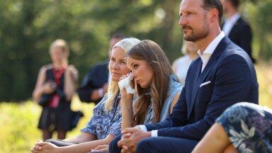 Kroonprintsess Mette-Marit, printsess Ingrid Alexandra ja kroonprints Haakon Utøya massimõrva mälestusteenistusel. Hukkunute seas oli ka kroonprintsessi kasuvend