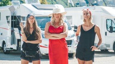 """Kanal 2 lõbusas reisisaates """"Kolm naist karavanis"""" rendivad Carola Madis, Kethi Uibomägi ja Eeva Esse autokaravani, millega lähevad uudistama Baierimaa alpikülasid."""