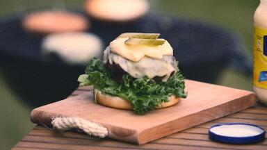 Burger valmiskujul, veel ilma mütsita.