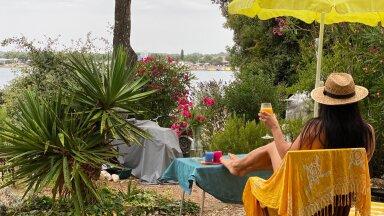 Kämpinguplatsid, mis on mere ääres, ent päikese eest varjus, on kõige ihaldusväärsemad. Paljud, kes armastavad suvepuhkust riieteta nautida, tulevad samasse kohta aastakümneid tagasi, tuues kaasa ka lapsed ja lõpuks isegi lapselapsed.