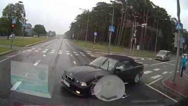 VIDEO | Kiirabiauto ja BMW tegid hoogsa kokkupõrke. Kohus otsib pealtnägijaid