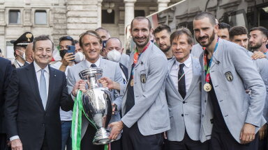 Itaalia jalgpallikoondis käis esmaspäeval Itaalia peaministrile Mario Draghile EM-i karikat näitamas.