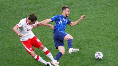 Гжегош Крыховчк нарушает правила в матче со Словакией