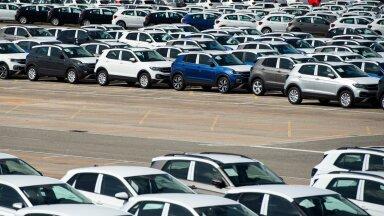 POOLELI AUTOD: Hispaanias asuva Volkswageni Pamplona tehase kõrval seisis mai keskel 5000 pooleli autot, mida ei saanud lõpuni teha kiibipuuduse tõttu.