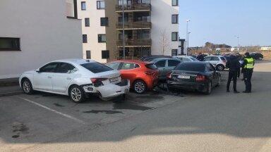 Kahjustada sai kümme pargitud autot.