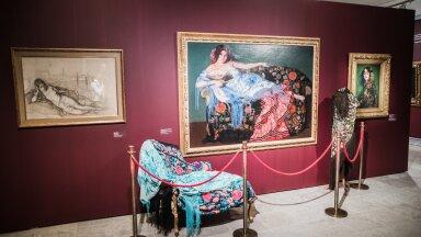 """1912. aastal maalitud """"Lamav naine sinises rätikus (Lolita)"""". Lolita Lacour, üks kunstniku lemmikmodelle Pariisis, on riietatud nagu tantsija. Kõrval eksponeeritud mantilla'd on samad, mis maalil."""