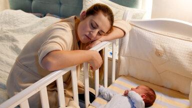 Noortel emadel on hetkel palju unetuid öid — kuid põhjuseks pole see, mida sa arvad…