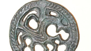Unikaalme pronksipats, millel on kujutatud viiejalgset hobust, pärineb ilmselt samuti 12. sajandist. Võimalik, et seegi ripats on kohapealse meistri toode.