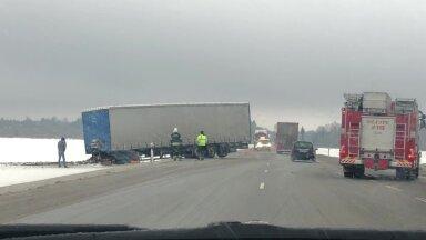 VIDEO | Tallinna-Tartu maanteel sõitis veoauto libeduse tõttu teelt välja