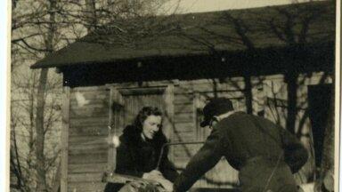 Herbert Muischnek abikaasaga Valingul Kiisa talus puid saagimas.