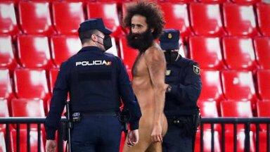 ВИДЕО: Во время матча Лиги Европы на поле выбежал голый мужчина