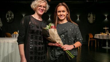 Monika Haukanõmm (vasakul) koos paraujuja Susannah Kauliga.