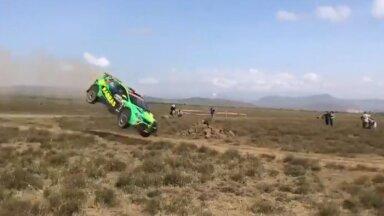 VIDEO | Keenia rallil juhtus karm avarii, sõitja viidi helikopteriga haiglasse kontrolli