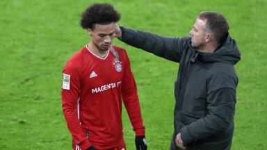 FC Bayern Muenchen vs. VfL Wolfsburg, 1. Bundesliga, 16.12.2020 l-r: Leroy Sane 10 (FC Bayern Muenchen) wird von Chef-T