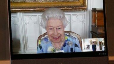Первые фото: Елизавета II вернулась к исполнению монарших обязанностей