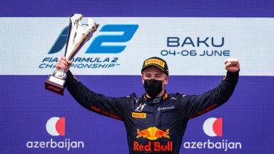 Jüri Vips tähistab Bakuus põhisõidu esikohta.
